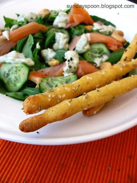 Salmon salad with blue cheese & rosemary breadsticks / Σαλάτα με σολωμό και σος μπλε τυριού & τραγανά κριτσίνια με δεντρολίβανο