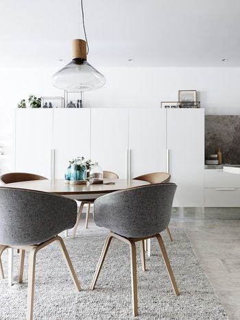 円卓のダイニングテーブルにはデザイン性の高いペンダントライトを一灯つけることでお洒落な雰囲気に。