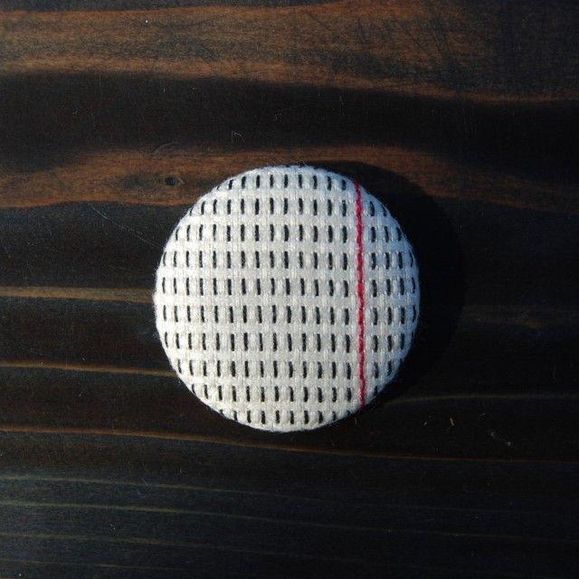 ブラックワーク刺繍くるみブローチ 39mm BWB-1 | iichi(いいち)| ハンドメイド・クラフト・手仕事品の販売・購入