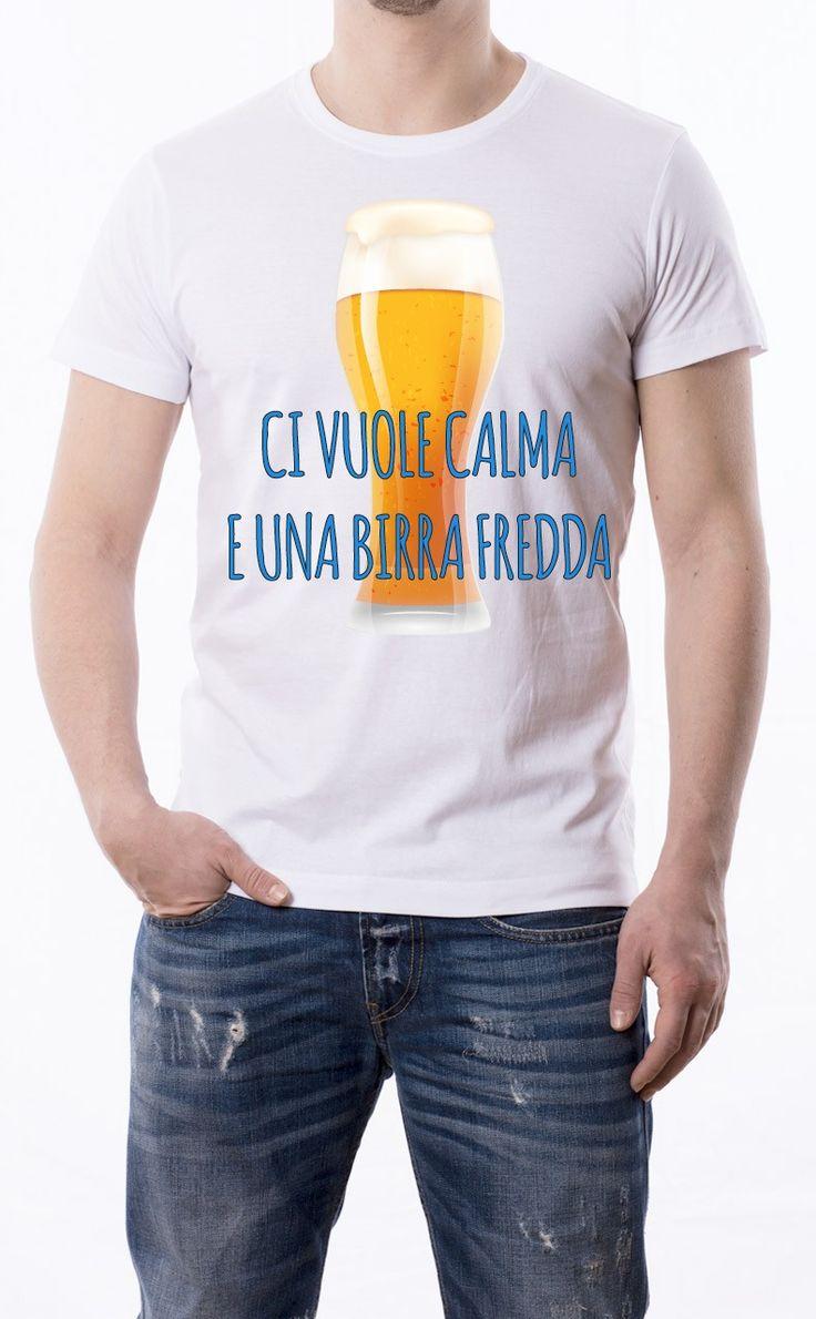 T-Shirt uomo con frase: Ci vuole calma e una birra fredda Maglietta bianca con stampa digitale diretta, grafica stampa in quadricromia.