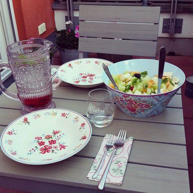 montags ist hier immer vegetarischer abend✌da kommt mein alter schulfreund zum essen und ich muss mir was leckeres mit  ausdenken, ohne  und . heute gibts mal was total fanciges: #gurken #tomaten #birnen #melonen #johannisbeeren #brombeeren #feta #emmentaler #salat mit #olivenöl und #basilikum  #binnichtschwanger  #greengateofficial #sophiawhite #wassermitminze #montaghalt