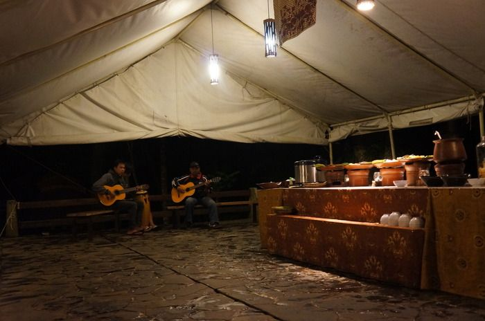 Acoustic: The buffet-style dinner is accompanied by an acoustic band, filling the atmosphere with various moods of romance, joy, and fun. (Photo by Icha Rahmanti)