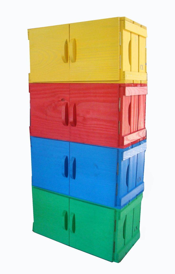 Frete: <br>Entregamos para todo o Brasil via transportadora com seguro. <br>Informamos que o valor do frete sai mais em conta se for mais de uma quantidade! Ex. 1 caixa 42,00 - 2 cxs 55,00 <br> <br> <br>Estante de 4 caixas com portas, em madeira de Pinus com excelente acabamento. Você monta a estante como quer, as caixas são somente encaixadas, criando diferentes modelos! <br> A Caixaria trabalha com moveis modulares inspirados em caixa de feira. São caixas de fabricação própria, oferecendo…