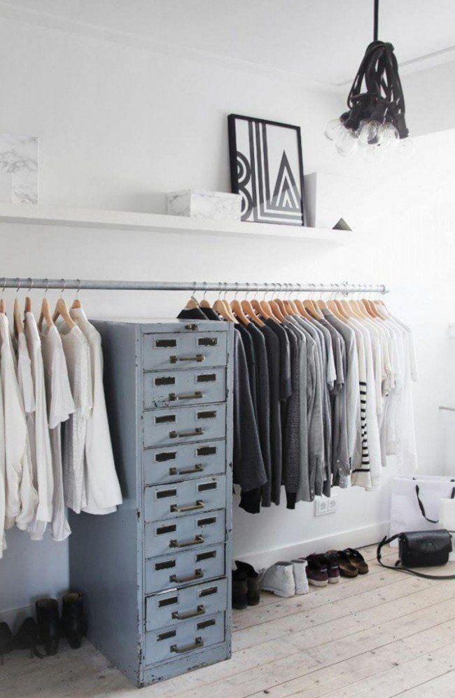 Cool offener Kleiderschrank Stahlstange an der Wand montiert