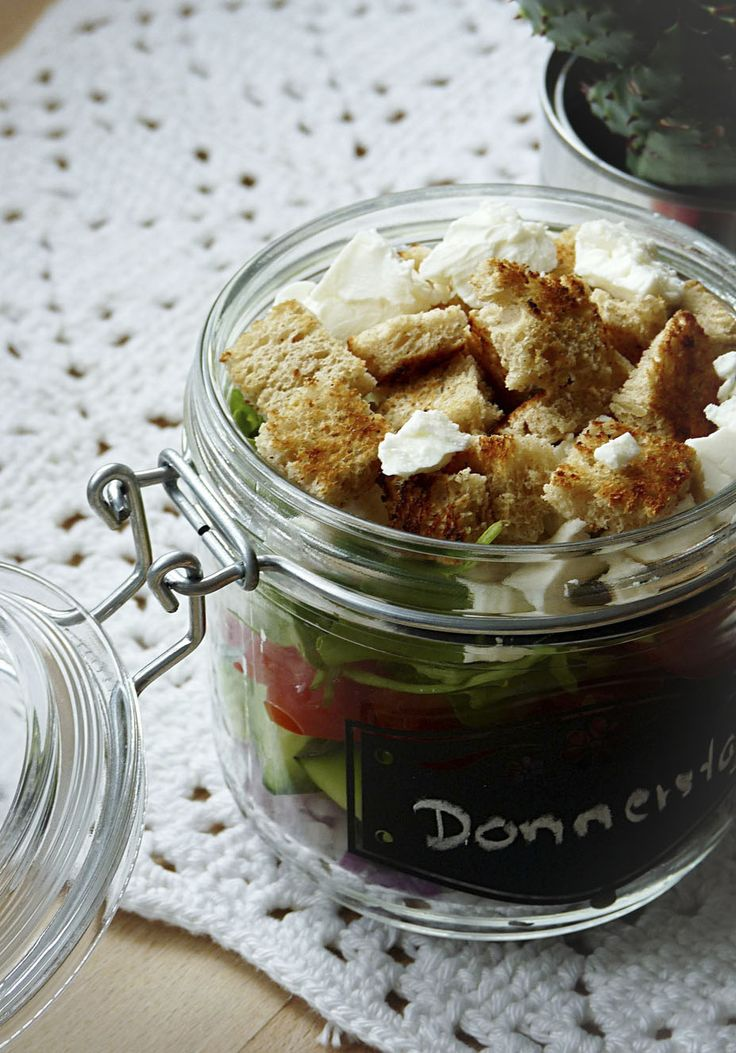 Salat im Glas mit Gurke, Feta und Olive