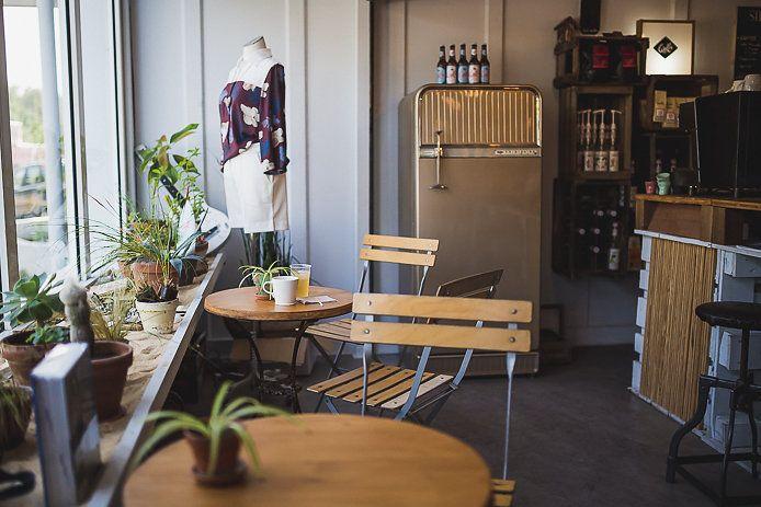 All Good dans la zone industrielle de Soorts Hossegor est un véritable espace de vie réunissant shop pour homme et femme, coin café et bibliothèque.