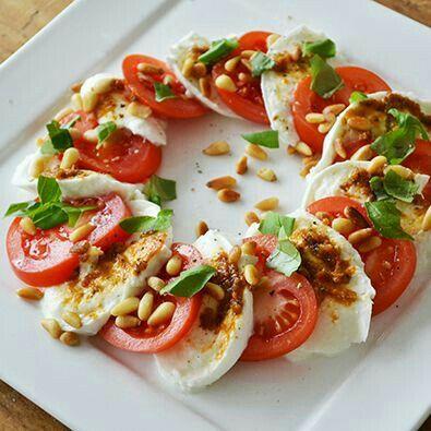 Tomaat, mozzarella, basilicum en pijnboompitten.