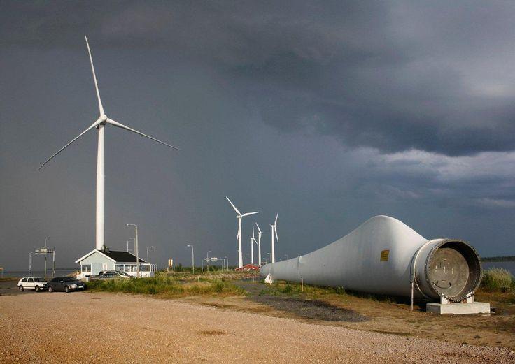 Tuulivoimaloita Riutunkarissa Oulunsalossa, etualalla tuulivoimalan lapa. Kuva…