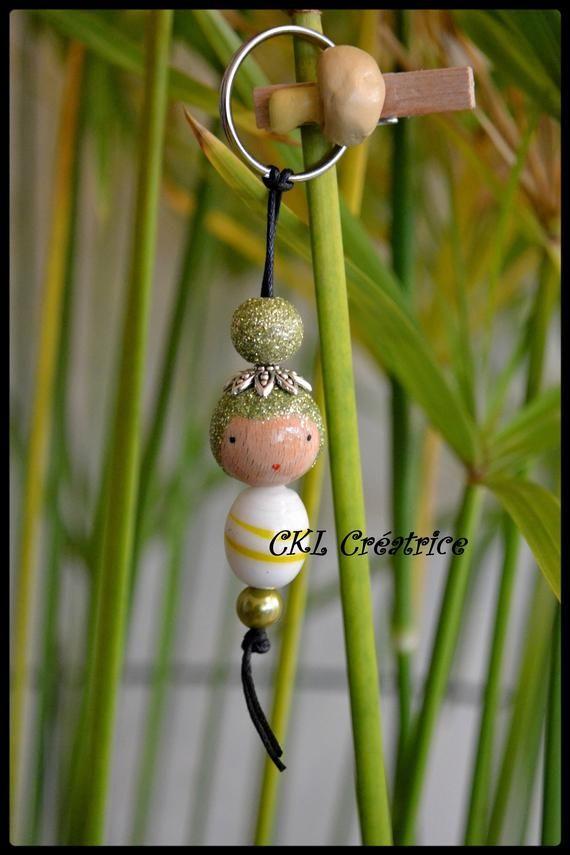 Porte-clés poupée perles bois, verre. Peut aussi être utilisé en bijoux de s…