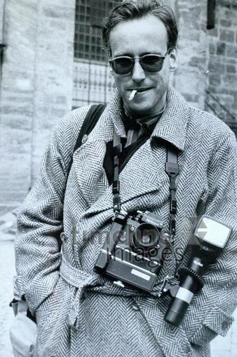 Paparazzo franzroth/Timeline Images #1980er #1980s #80er #80s #Paparazzi #Fotograf #Fotografen #Kamera #Blitz #Mantel #Zigarette #Sonnenbrille #Nikon #F2 #Trenchcoat #Photojournalist