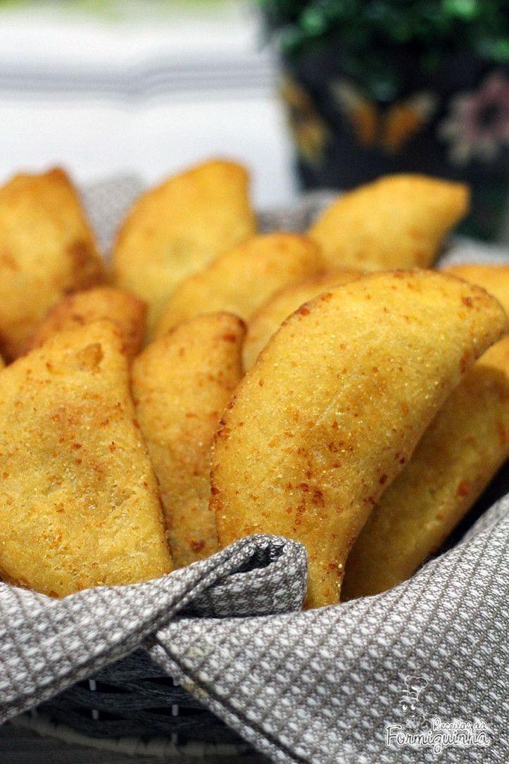 A massa fica sequinha, dourada e muito gostosa! O recheio do Pastel de Fubá fica por conta da sua criatividade: calabresa, portuguesa, presunto, etc.. Se quiser pode fazer com recheio doce também!