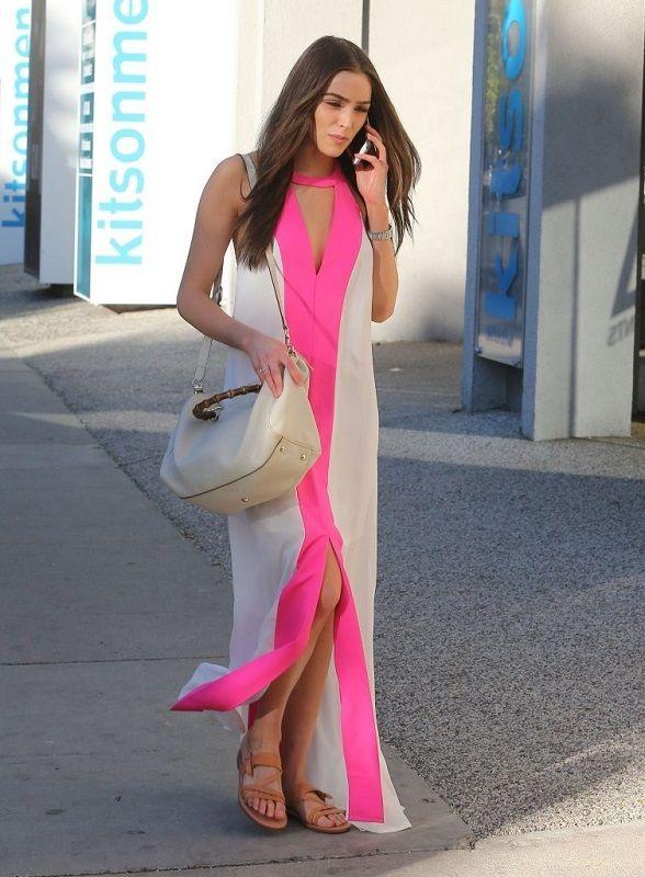 Оливия Калпо в длинном платье с ярко-розовой полосой