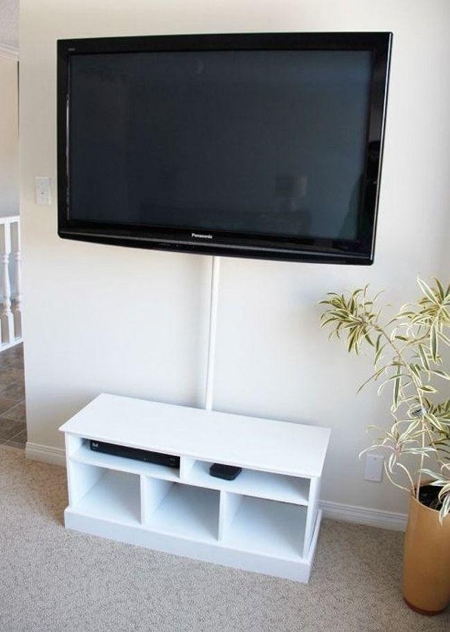 Les fils derrière la TV…ça n'aide pas à embellir une pièce! Vous pouvez utiliser une tringle à rideaux ou un tuyau pour les dissimuler.