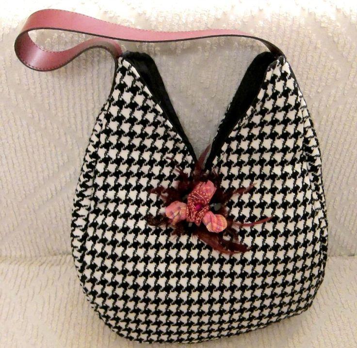 Τσάντα ασπρόμαυρη με vintage καρφίτσα - RiRi Yfasma (RiRiYfasma.gr)