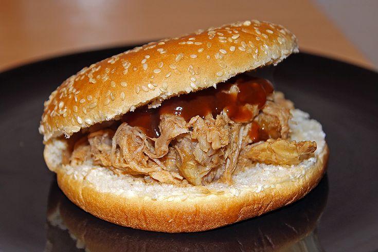 5 minuti per prepararlo, 8 ore per cuocerlo, pochi meravigliosi secondi per divorarlo! Il pulled pork è la ricetta che vi farà innamorare della Slow Cooker