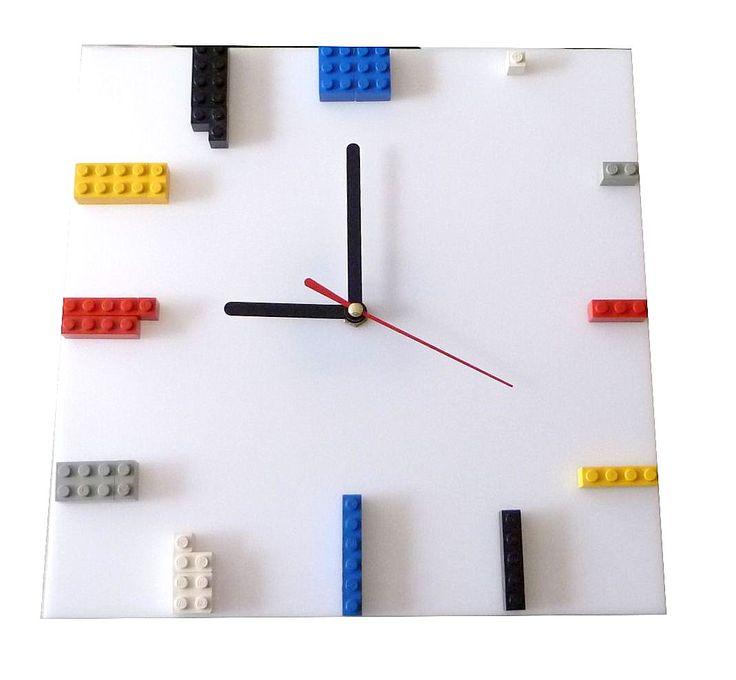 Hodiny Lego 1 stylové hodiny na stěnu z plexiskla, po obvodu osazeno kostkami z lega Strojek netiká, vteřinová ručička má plynulý chod. Úcht pro pověšení na stěnu velikost 25cm x 25cm  Ručičky černé,bílé, dle požadavku a dohody je možná i jiná barva.