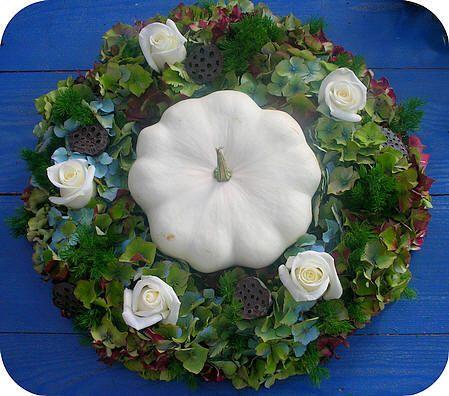 herfst bloemstuk maken: een krans met hortensia's, rozen, lotusvruchten, sierfruit,...