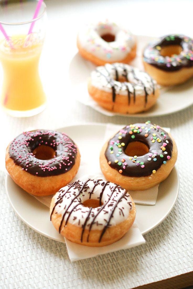 Avis aux amateurs de donuts! Lancez-vous! Après être partie en quête de l'emporte-pièce parfait (c'est à dire, celui spécifiquement fait pour les gros donuts!), je me suis décidée à essayer cette recette américaine. Rien de bien compliqué vous verrez, juste un peu de dextérité lors de la cuisson (friture!) des donuts. Après c'est régal… Des donuts extra-moelleux et bien gonflés… Et puis on peutse lâche sur les sprinkles et les glaçages etça c'est top :-)  Recette pour 15 donuts (de 10cm…