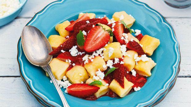 Noky můžeme připravovat i nasladko. Vyzkoušejte tyto tvarohové, doplněné jahodovou omáčkou s mátou. Ideální jídlo do letních dnů.