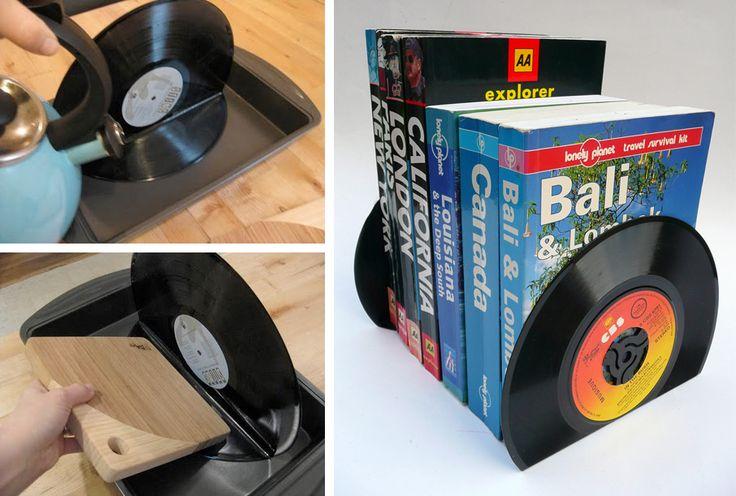 Basta dobrar o vinil num ângulo de 90° e o próprio peso do livro se encarrega de deixar o conjunto em pé. Para amolecer o disco e torná-lo maleável, basta utilizar água quente.
