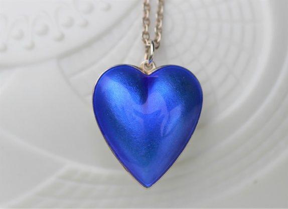 Konrad Mehus, David-Andersen. Hjerteformet anheng, sterling sølv, med blå emalje. Omgjort øredobb.