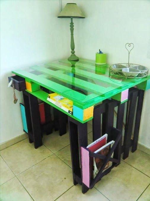 Hacer esta mesa resulta muy fácil, solo necesitas un poco de pintura, tarimas de madera y Resistol 5000, quedará increíble en tu estudio.