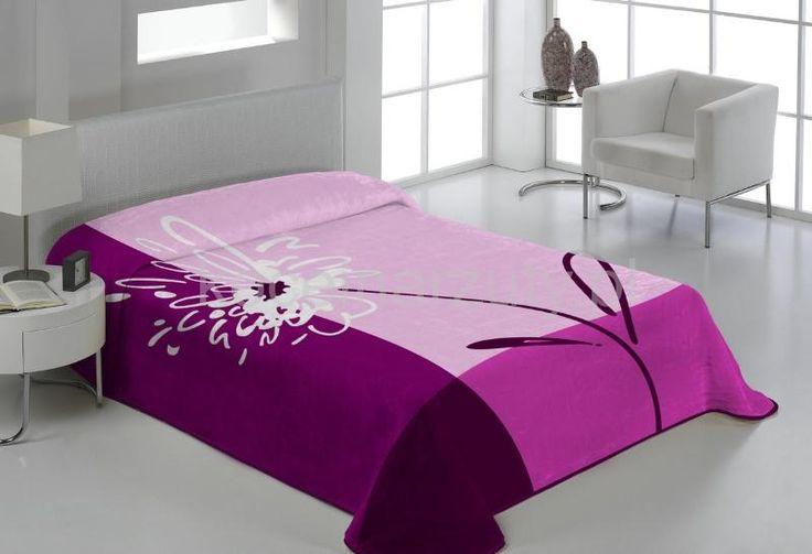 Ciepłe koce w kolorze amarantowym na łóżko