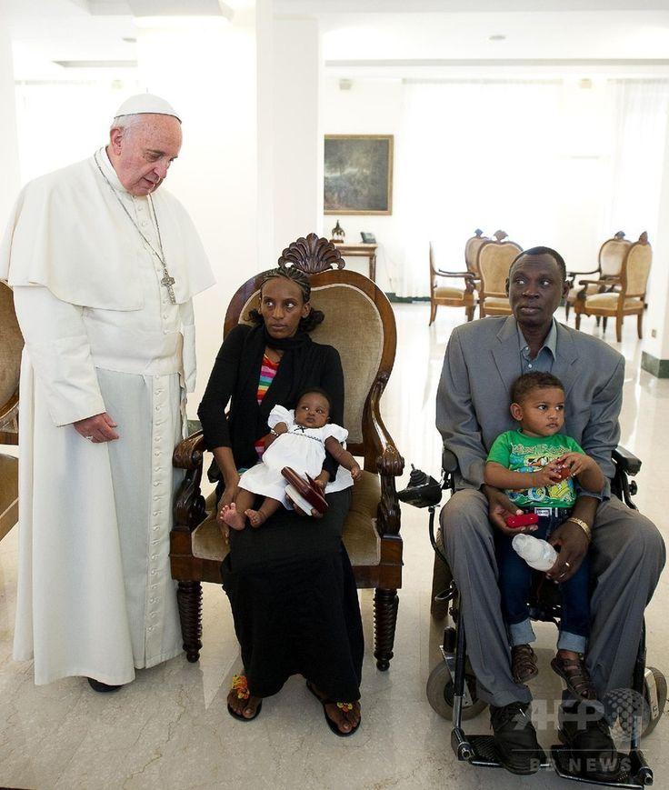 バチカン市国で、ローマ・カトリック教会のフランシスコ(Francis)法王(左)と面会するメリアム・ヤヒア・イブラヒム・イシャグ(Meriam Yahia Ibrahim Ishag)さんと娘のマヤ(Maya)ちゃん(左の椅子)、イシャグさんの夫のダニエル・ワニ(Daniel Wani)さんと息子のマーティン(Martin)君(右の椅子、2014年7月24日撮影)。(c)AFP/OSSERVATORE ROMANO ▼25Jul2014AFP|死刑取り消しのキリスト教女性、イタリアに到着 法王と面会 http://www.afpbb.com/articles/-/3021455 #Pope_Francis #Papa_Francisco #Papa_Francesco