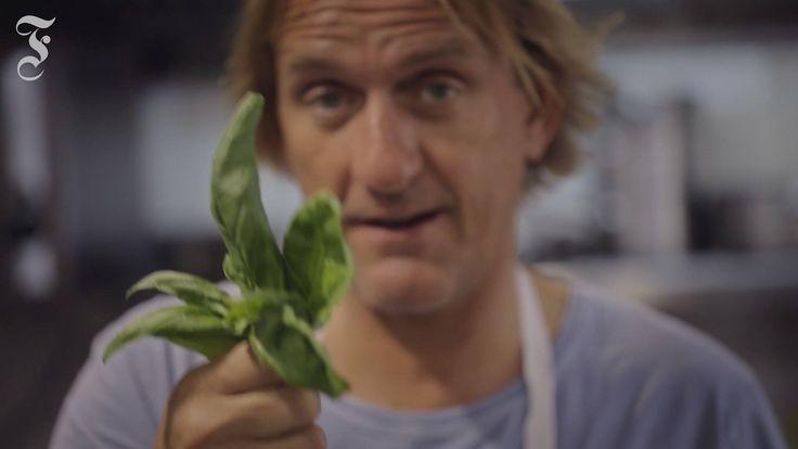 Pasta kann jeder kochen. Aber wie gelingt das perfekte Pesto? Sternekoch Frank Buchholz zeigt es: faz.net/-hrx-8wf9v#GEPC;s6