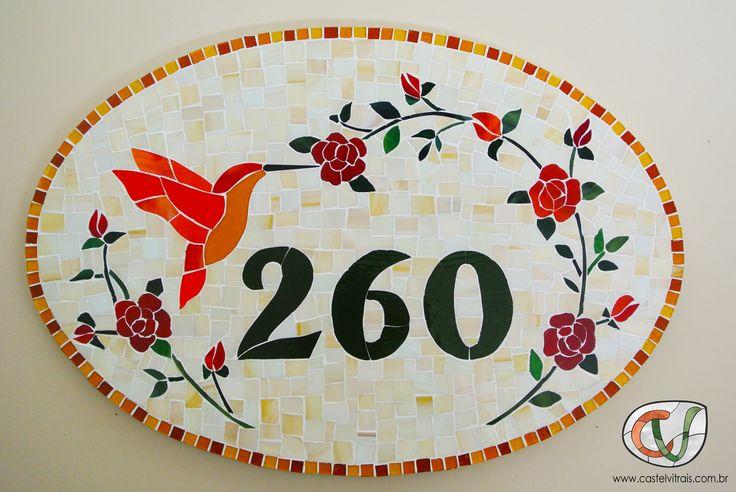 Numeral de casa em mosaico com rosas vermelhas e beija-flor