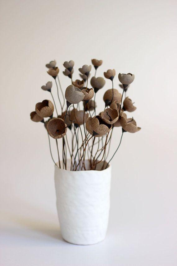 Diese magische Dessert Gartenblume Anordnung, ist eine einmalige Stück  Dies ist keine typische floral Arrangement, ist es für eine besondere Person mit einen besonderen Platz im Auge!  Elegant, verspielt, rustikal und erdig, gebe es diese einzigartige Gegend in Ihrem Haus ein individuelles Aussehen.  Der Blumenschmuck besteht aus 1 Vase mit Porzellan mit der Kette-Methode gemacht und 35 Blumen gemacht mit grau & Braun gepunktete unglasierte Ton in drei Größen.  Maße: Die Größe der…
