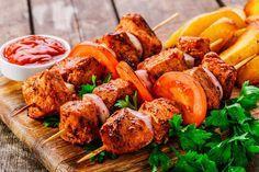 Готовим для пикника: 10 маринадов для шашлыков на любой вкус У каждого уважающего себя шашлычных дел мастера найдется в запасе ни один маринад для пикника. Этот важный ингредиент в самом деле придает блюдам на мангале особое звучание. Предлагаем обсудить разные виды маринадов и тонкости их приготовления. #едимдома #готовимдома #рецепты #кулинария #пикник #шашлык #маринад