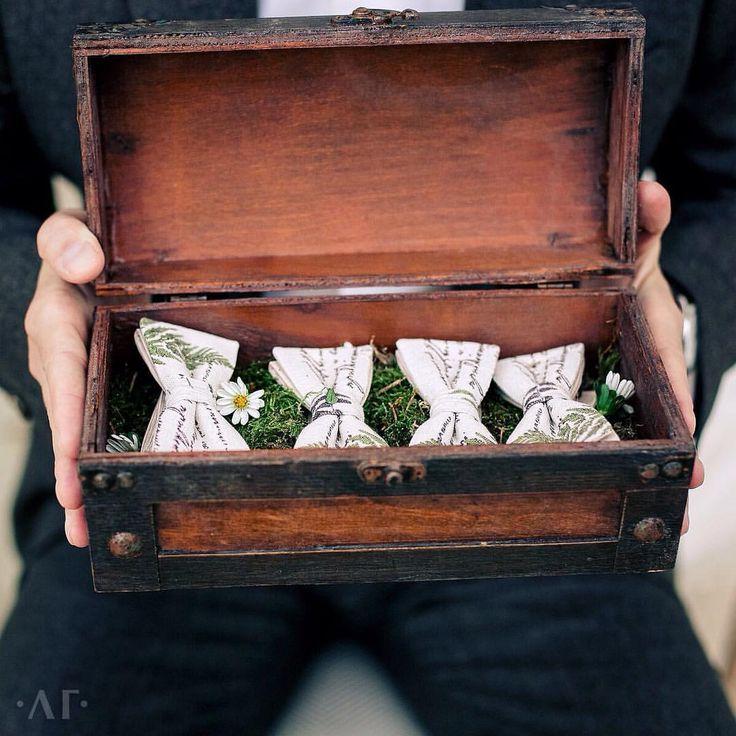 """Лёгкий цветочный принт добавил """"изюминки"""" такому классическому и строгому  мужскому аксессуару как галстук-бабочка и вписал его в общий стиль свадьбы.  #gorlanova_event #ArtOfHappyMoments #darishwedding  Photo by @liliya_gorlanova #liliyagorlanovaphotography"""