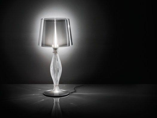 La lampada in cristallo da tavolo reinterpretata attraverso l'uso del Lentiflex®