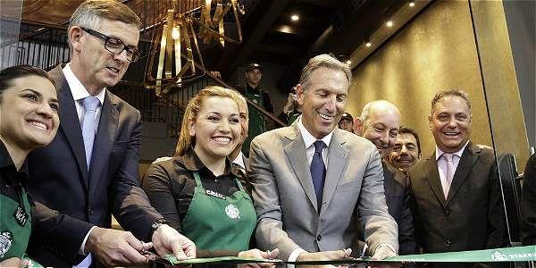 """(Noticias) J., 17 JUL 2014 - EL CAFE COLOMBIANO - """"Con 'respeto hacia Juan Valdez', Starbucks abrió en Bogotá""""."""