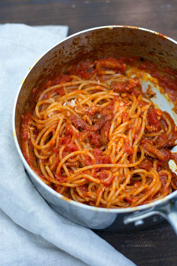 Spaghetti all'Amatriciana. The PERFECT italian recipe for a gorgeous and yummy lunch!  Tomatoes. Bucatini all'Amatriciana. Rigatoni. Noodles. Pecorino cheese. How to. Cooking Class. Main dishes. Pasta. http://noodloves.it/amatriciana-ricetta-originale/
