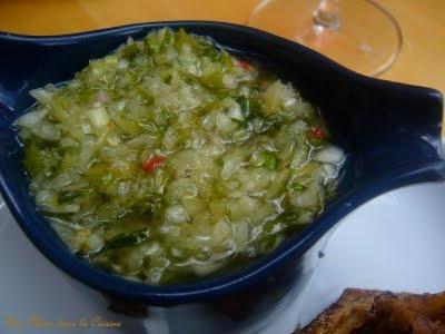 """Sauce chien ou la sauce qui """"déchire"""" les grillades #3 cives - 2 échalotes  - 1 oignon - 4 branches de persil  - 2 gousses d'ail - 1 cuillère à café de vinaigre - 15 cl d'huile - 1 citron - 2 cuillères à soupe d'eau chaude  - 1 piment  - sel, poivre"""