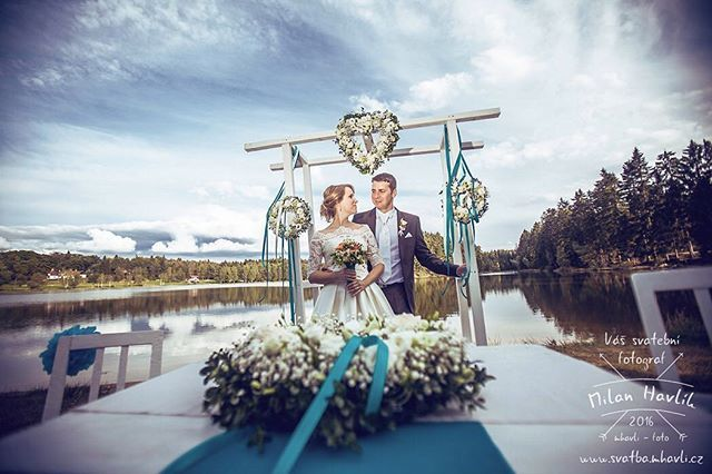 Pokud hledáte nejromantičtější místo v jižních Čechách a netrváte na zámku, pak určitě doporučuji Českou Kanadu - rybník Zvůle. Sem se vracím moc rád, vznikají tu nádherně přirozené fotky, jako třeba tato ze svatby Petry a Dušana. #svatba #wedding #svatebnifoto #weddingphoto #svatebnifotograf #weddingphotographer #zenich #nevesta #jiznicechy #ceskakanada #zvule #priroda #svatbavprirode #nabrehurybnika #svatbanabrehurybnika #uzasneprostredi #kdyzjepracezabavou #mamsvojipracirad #fotiltomilan