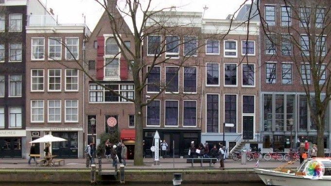 Amsterdam'ın en çok ziyaret edilen noktalarından biri olan Anne Frank Evi (Huis), II. Dünya Savaşı'nda Anne Frank ve ailesinin  iki yıl boyunca saklandığı evin müzeye dönüştürülmüş halidir. II. Dünya Savaşı'nı bilen hemen herkes Anne Frank ve ünlü günlüğünü de bilmektedir. Bu müze, küçük Anne ve ailesi,Van Pels ailesi ve Fritz Pfeffer'in Nazilerden saklandığı günlerin anısına yapılmıştır.