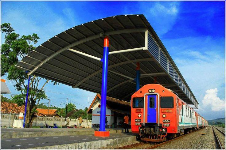 Stasiun Jambon dengan overkapping (atap peron) barunya.  Stasiun Jambon (JBN) adalah stasiun kereta api kelas 3 yang berada di Desa Jambon, Kecamatan Pulokulon, Kabupaten Grobogan, Jawa Tengah.