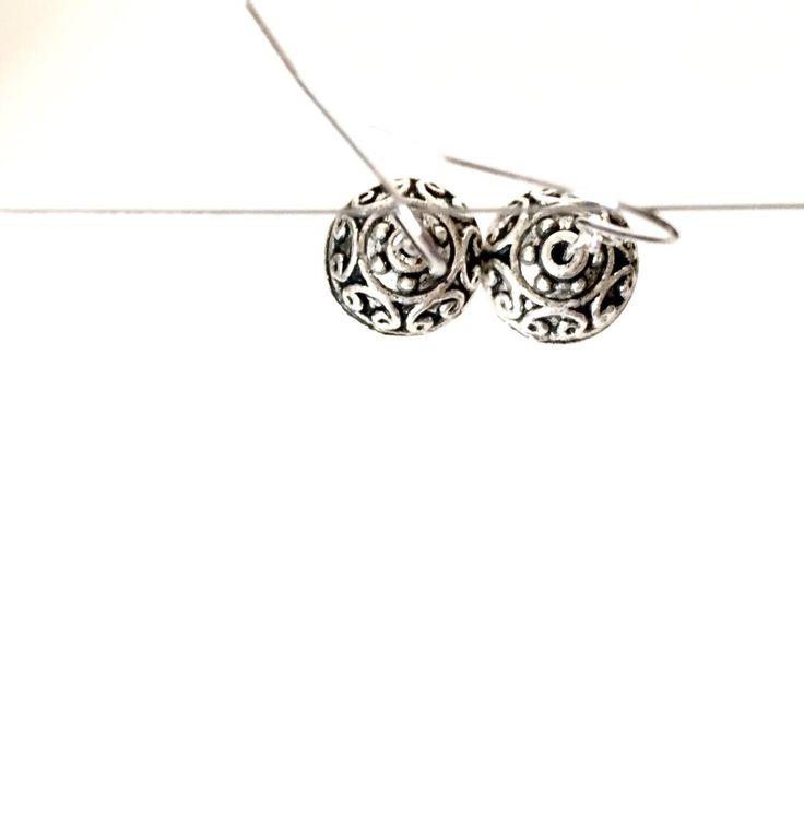 Pendentif gravé en argent tibétain et perles en bois Dangle Earrings par MinimalistThings sur Etsy https://www.etsy.com/fr/listing/250500633/pendentif-grave-en-argent-tibetain-et