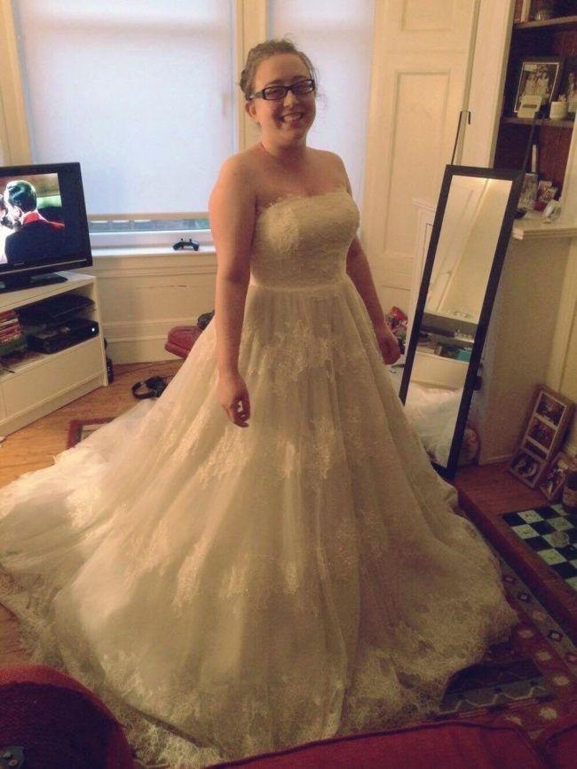 Cette robe coûtait 2 158 $ dans une boutique. Cette femme a trouvé la même dans un magasin de vêtements de seconde main 34 $, et elle lui va comme un gant !