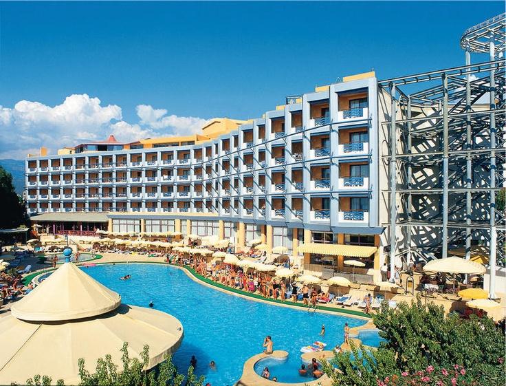 Dit 5-sterren hotel Grand Kaptan is slechts door de kustweg van het strand gescheiden.    Het beschikt onder andere over een tuin met 2 zwembaden, waarvan 1 met 3 glijbanen en een jacuzzi. Er zijn diverse sportmogelijkheden, een sauna en Turks bad.  Voor het eten zijn er naast een buffetrestaurant ook 2 à la carte restaurants.  Vanuit het hotel gaat er een gratis shuttlebus naar het centrum dat op ca. 4 km is gelegen.    Officiële categorie *****