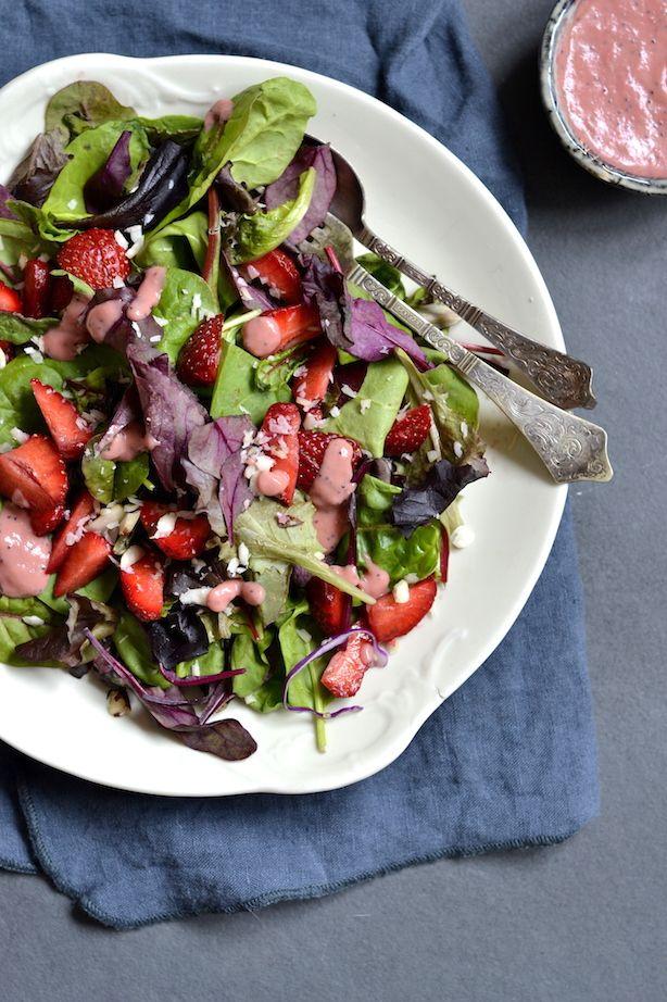 Glæd dine smagsløg med denne friske jordbærsalat der er toppet med en rabarbervinaigrette der tilføjer et syrligt, men sødt kick.