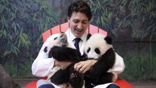 Καναδάς: Ο Τρουντό φωτογραφίζεται παρέα με δύο μωρά πάντα και ξετρελαίνει το ίντερνετ (φωτό + video)