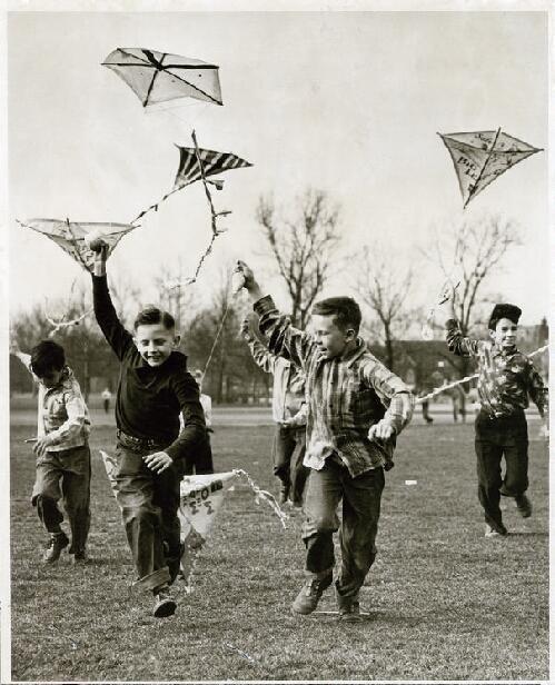 Met je vriendjes en vriendinnetjes vliegeren op de plantsoenen en parkjes, met je zelfgemaakte vlieger.