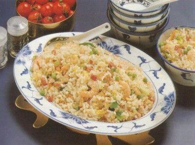 Dit is een traditioneel rijst gerecht uit de chinese keuken. Ik heb dit recept uit het Grote Chinese Kookboek van Ken Hom. Gebakken rijst met ei, doperwten,...