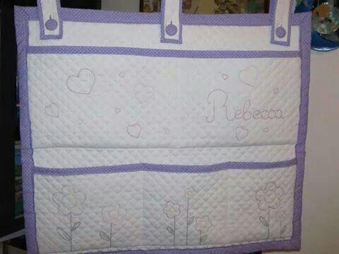 Nursery Tidy...Pannello multitasche portatutto da culla con bottoni e asole cucite a mano e personalizzazioni in nomi e colori. Per avere sempre tutto a portata di mano!!