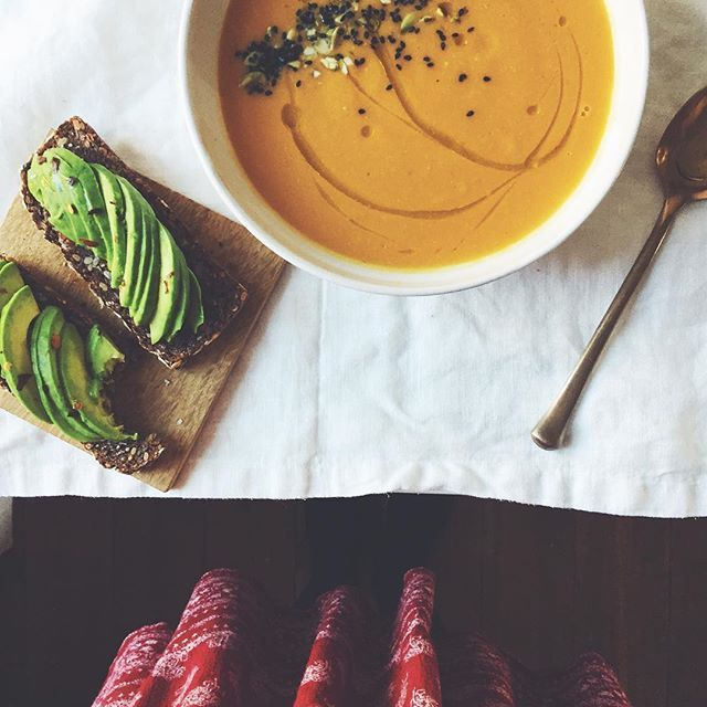 Friday lunch scene. Toasted coconut butternut squash soup (that I will be demo-ing tomorrow in the online class I'm teaching...link in bio! And special shout out to @heidijswanson for the recipe inspo❤) avo toast with garlic and chili. Happy almost-weekend friends😘 #instafollow #foodoftheday #lunch #food