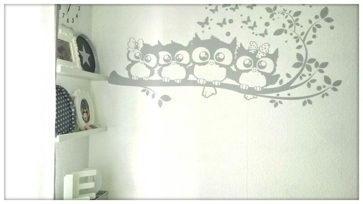 Cameretta chic&cheap nei colori grigio e bianco. Le mensole sono state comprate all'IKEA, wall sticker owl family su AMAZON, le lettere sul calorifero da BUTTLERS, piatti decorativi con stelline grigie e bianche da TUTTO A 1€, cornici da IKEA e l'orologio a forma di coniglio Damiani&Domeniconi da GRANCASA, tende grigie a pois da TEDDOX.   White and grey nursery ideas.